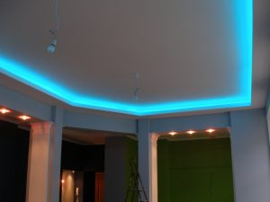 Светодиодная подсветка потолка RGB лентами
